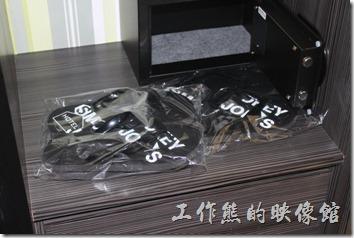 墾丁-冒煙的喬雅客商旅。客房內可以讓房客帶回家的夾腳拖鞋,尺寸如果不合腳還可以到櫃檯更換呢!