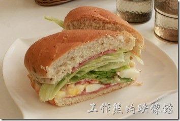 台南-沛里歐咖啡館。這是額外加點的一份培根火腿三明治早餐,把長條麵包斜切後再排列一下,居然出現了一個心型的形狀,還蠻有創意的。裡頭有生菜、荷包蛋、火腿。
