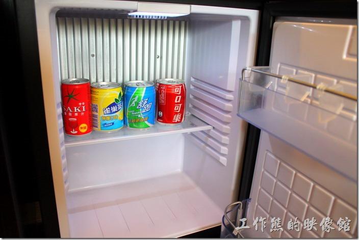 墾丁-冒煙的喬雅客商旅。客房冰箱內的飲料全部免費贈送。有可口可樂、舒跑、檸檬茶、番茄汁,其他還有礦泉水。