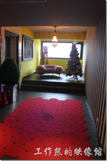 墾丁-冒煙的喬雅客商旅。每層樓的房客休息空間也都有經過設計。