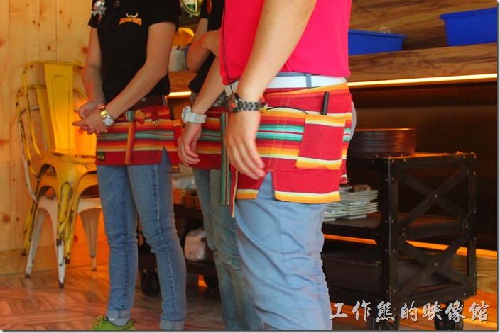 墾丁-冒煙的喬雅客商旅。這裡的服務生依然延續著「冒煙的喬」的彩色小圍兜,但換上了牛仔長褲,跟「冒煙的喬」熱情小短褲稍微有點不一樣。