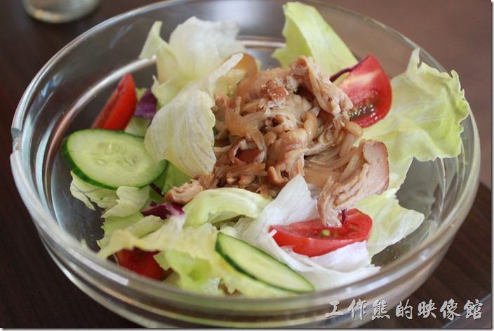 台南-Season_Cafe。風味沙拉(和風蕈菇沙拉)。上面有生菜、小黃瓜、番茄,當然還有吃起來很像雞肉的蕈菇,個人覺得不錯吃。