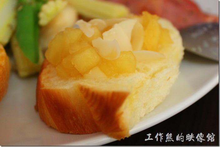 台南-Season_Cafe。個人推薦這裡的丹麥麵包,上面有切丁及稍微煮過的蘋果及杏仁片,吃的時候還可以吃得到稍帶點脆度的蘋果纖維,杏仁片因為是濕的,所以吃不太出來味道。丹麥麵包則蓬鬆柔軟,配合蘋果丁及杏仁片相當對味。