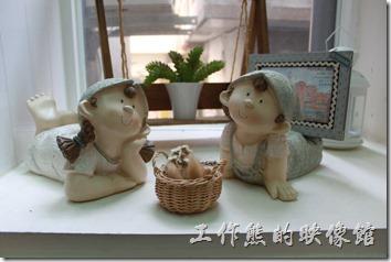 台南-Season_Cafe。一、二樓的樓梯轉角處的擺飾娃娃。