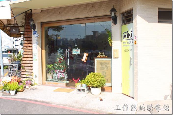 台南mini coffee的外觀,座落來一棟四層樓民宅的一樓。