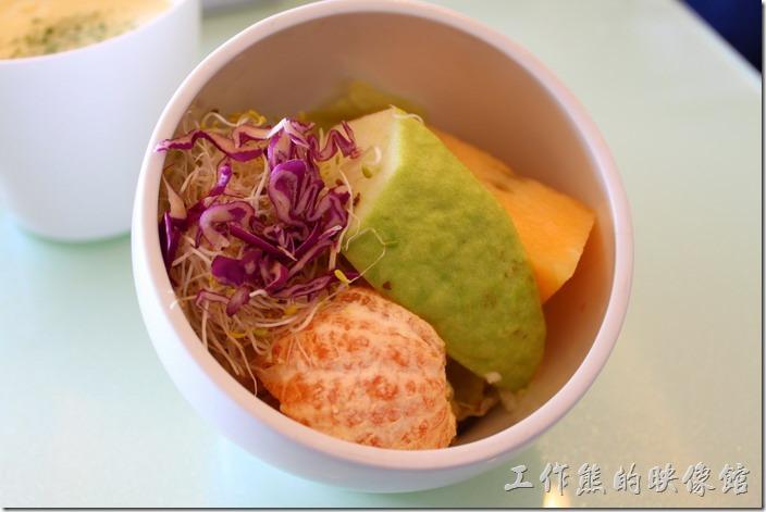 台南-mini-cofffee。早午A餐的沙拉。和風油醋醬汁並沒有淋得很好,全都流到最下層去了,裡頭有橘子、芭樂、與小玉西瓜,不過所我來說芭樂似乎有點稍稍過熟不脆,沙拉有苜蓿芽、紫色高麗菜與生菜。