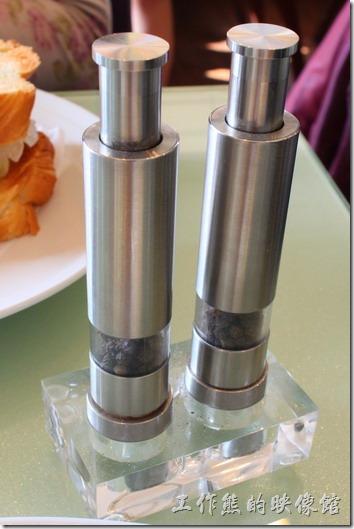 台南-mini-cofffee(胡椒罐)。胡椒罐,放在櫃台旁,需自己取用,這胡椒罐似乎是不鏽鋼材質,老闆還特別交代這胡椒罐要按上面才會出來,蠻特別的。