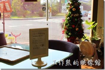 台南mini coffee的室內裝潢,這裡有六種莊園咖啡豆可以選,另外這裡還有兼賣一些嬰兒服裝與用品。