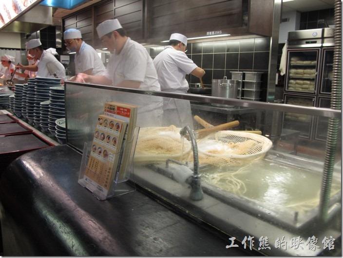 台南新光三越-丸龜製麵烏龍麵。點麵的時候只要跟工作人員說要什麼麵?幾碗?就可以了,烏龍麵會現場下,然後端給客人。