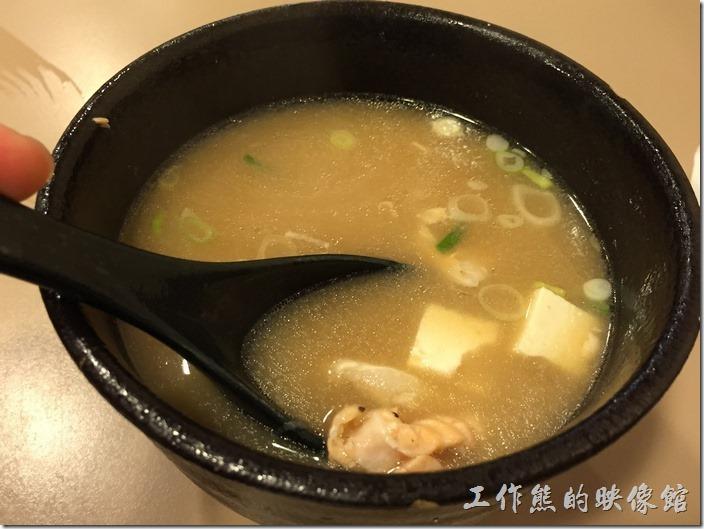 台北南港-船屋平價日本料理。另外,還會附贈一大碗有滿滿魚肉及豆腐的味噌湯。個人經驗,這味噌湯有時候品質不穩,像這一碗的魚肉就比較少。