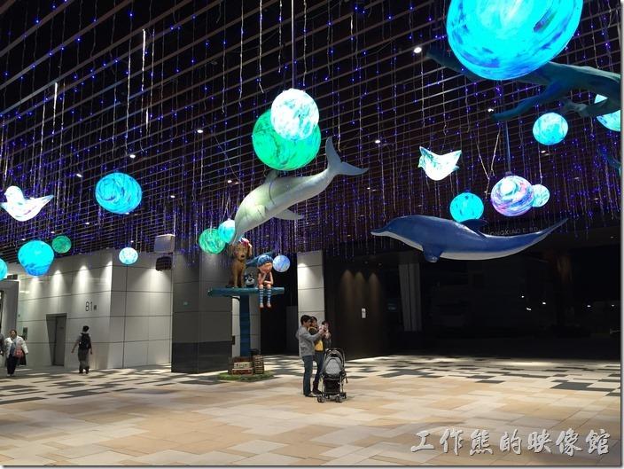 CITILINK南港店的玄關處有好多的彩色泡泡或是星球的圓形物體,這是幾米吹泡泡的主要展覽點。