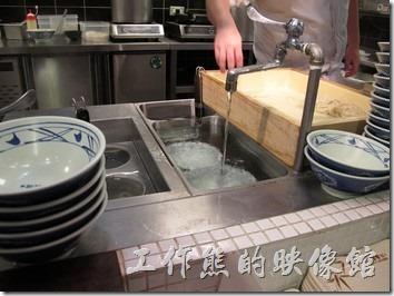 台南新光三越-丸龜製麵烏龍麵。點餐後廚房就開始下麵、煮麵並依照客人的點菜添加配料。