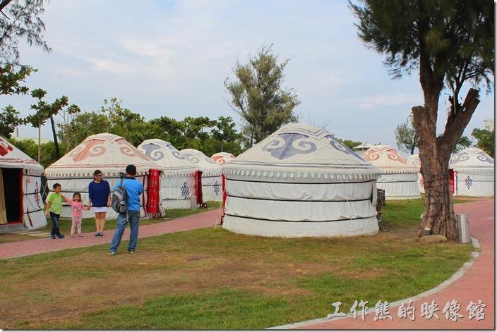 台南-台灣咖啡文化館。台灣咖啡文化館的佔地還蠻大的,裡頭還放置了許多蒙古包,每個蒙古包其實都是一個包廂,可以點合菜坐在蒙古包內用餐。