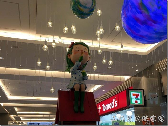 走進CITYLINK南港店一樓,還有個坐在屋頂上的吹泡泡女孩。