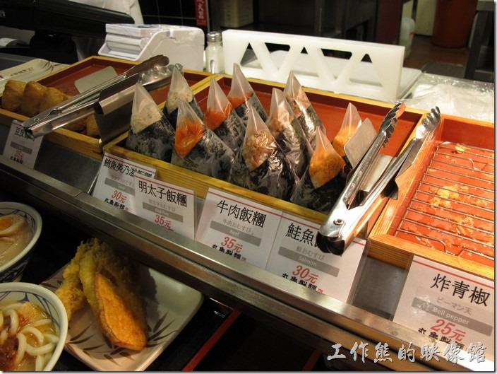 台南新光三越-丸龜製麵烏龍麵。另外,還有好幾種的飯糰(鮭魚、牛肉、明太子、鮪魚),還有豆皮壽司。