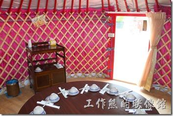 台南-台灣咖啡文化館。蒙古包內有一張圓桌以及小凳子,最多可以做10個人,還有電視機及冷氣。