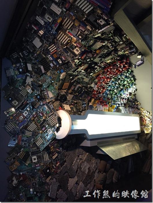 台南成功大學(力行校區)綠色魔法學校。採用廢棄電路板與其他廢棄不的垃圾拼湊而成的牆壁。
