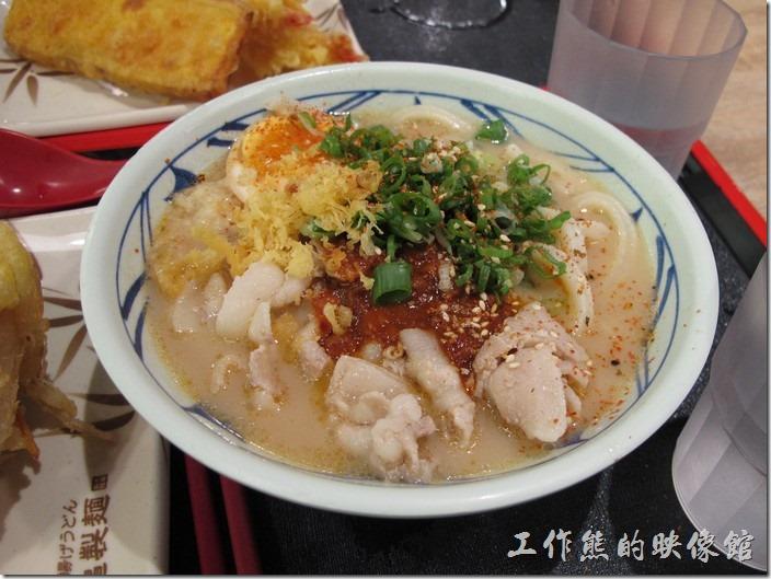 台南新光三越-丸龜製麵烏龍麵。這一碗是我點的「香辣豚骨烏龍麵(中)」,NT$129。上面加滿了青蔥、芝麻、生薑末、天婦羅花等佐料,反而把原本的麵條都給蓋住了。
