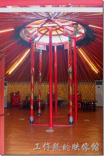 台南-台灣咖啡文化館。大帳蒙古包的中間梁柱情景。