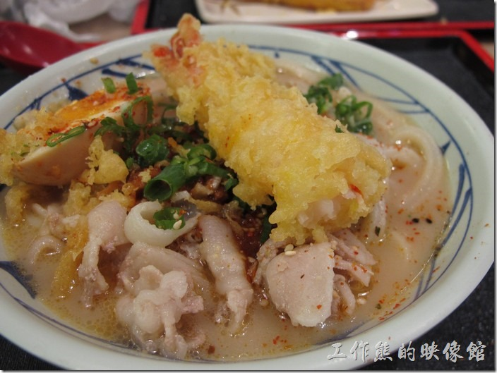 台南新光三越-丸龜製麵烏龍麵。也可以考慮把炸物浸泡到湯麵之中,讓炸物的麵皮吸滿湯汁食用,會有別於直接吃的風味。