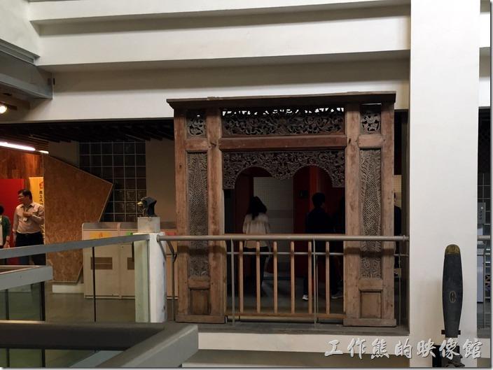 台南成功大學(力行校區)綠色魔法學校。連廁所的門口也是用廢棄不用的門扉來裝飾。