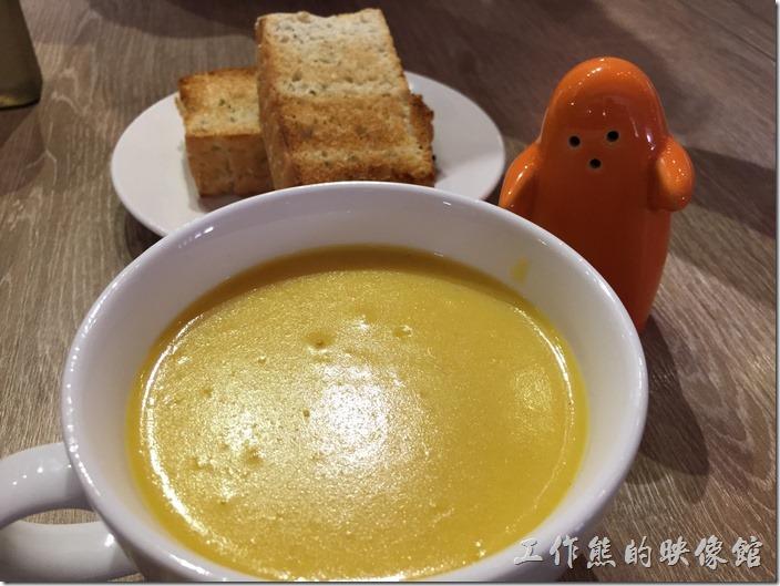 台南-235巷pasta。套餐的南瓜濃湯,店家還很貼心的幫我們取了胡椒罐,這胡椒罐做小人樣,好可愛。南瓜湯香濃好喝。
