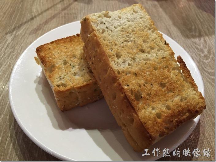 台南-235巷pasta。套餐的麵包,使用厚片土司下去烤過,不錯吃,但是沒有塗什麼醬料,所以吃起來有點單調,可以沾濃湯食用。