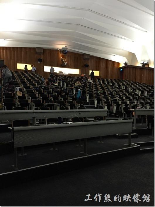 綠色魔法學校二樓的崇華廳會議室,階梯是的座椅,除了改善觀眾或聽眾的視角外,也可以讓暖空氣往上飄。