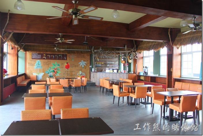 台南-台灣咖啡文化館。咖啡廳的二樓有其他的座位,牆壁上也有許多關於咖啡的介紹說明。