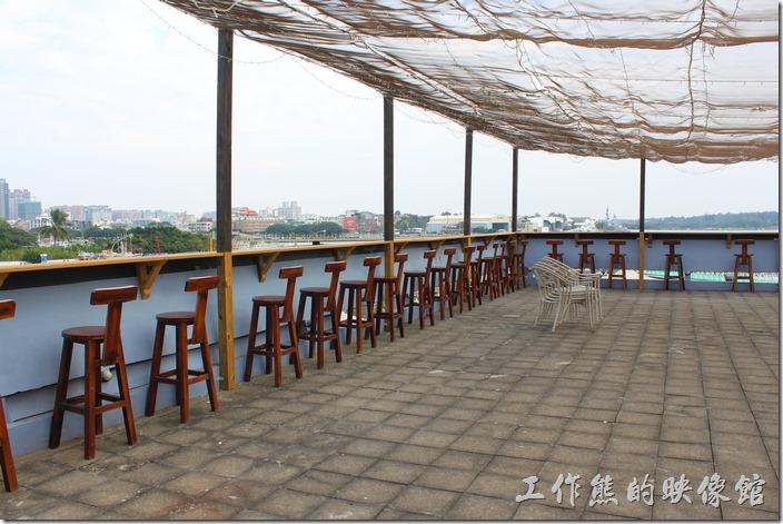 台南-台灣咖啡文化館。台灣咖啡文化館的頂樓陽台可以眺望安平港區及鄰近的區域。