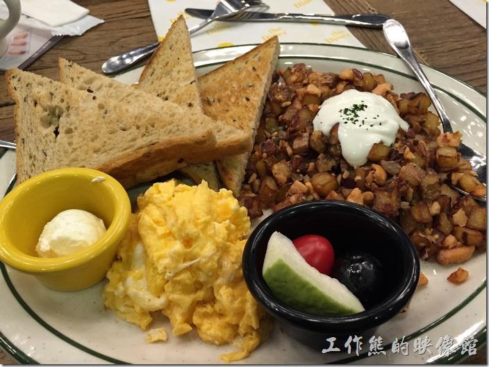 台北-樂子(the diner)。煙燻鮭魚炒馬鈴薯,NT$330+10%。使用兩顆蛋(可以指定煎蛋、炒蛋或任何一種形式的蛋,這裡我選擇炒蛋)、特選燻鮭魚、馬鈴薯丁、洋蔥、酸奶、酸豆,搭配吐司(可以選擇白麥、全麥、亞麻仁籽)、季節水果。