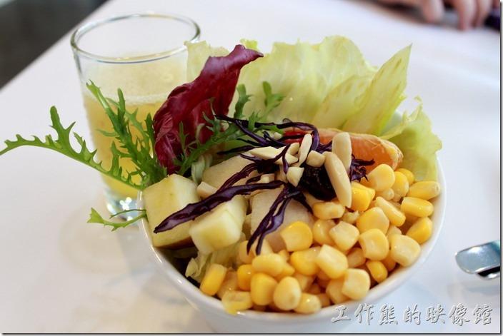 這是【白色曙光經典早午餐】的蔬菜沙拉,有堅果、玉米粒、蘋果丁、橘子、生菜等。