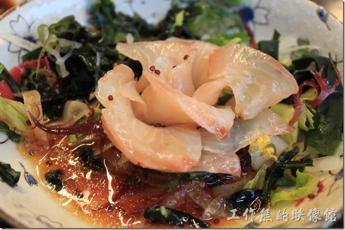 台南-朋友居酒屋。海藻玫瑰生魚片,NT220。另外一個插曲是,工作熊居然還跟服務員要小碟子,因為要裝醬油攪芥末來吃生魚片,可是一吃之後才發現,這生魚片下面已經有很多的醬油了,直接把芥末抹在生魚片上面就可以吃了,也許服務生在後面偷笑來了一個土包子吧!這到菜其實應該叫做「海藻玫瑰生魚片沙拉」才對,聽兒子說日文菜單有註明是沙拉,可是中文菜單沒寫出來。忘了說這玫瑰生魚片用的是鯛魚,肉質不錯,整盤生魚片也給人不同於一般生魚片死板板的感覺,有機會可以試試。