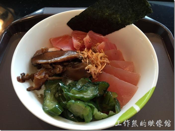 台南南港-飯樂丼。這就是工作熊這次點的【東港三寶丼】,吃起來真感覺還好而已,小小失望,難怪菜單上沒有印上「人氣」的字樣,裡頭有旗魚生魚片四片,鮪魚生魚片四片,都是小小片;還有一撮櫻花蝦、味噌黃瓜小菜,以及滷過的香菇絲,怎麼感覺有點像在吃米糕啊。