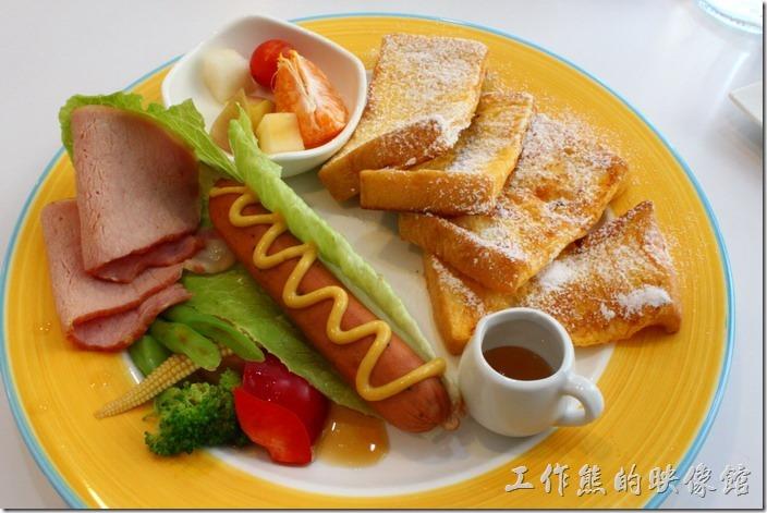 台南-白色曙光早午餐。這是【香榭漫遊早午餐】,也選擇了「頂級培根」肉,旁邊還有法式土司、切好的水果、裹著德國香腸的羅勒葉,以及蔬菜。