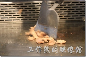 台南-椰如鐵板燒創意料理。松板豬肉(頸部僧帽肌)正在鐵板上滋茲作響。