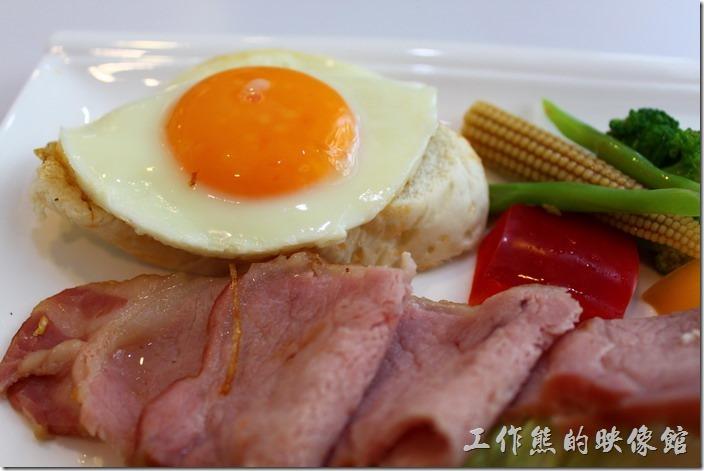 台南-白色曙光早午餐。太陽蛋的下面還鋪了一塊法式軟麵包,和著蛋汁一起食用,味道及口感都不錯。