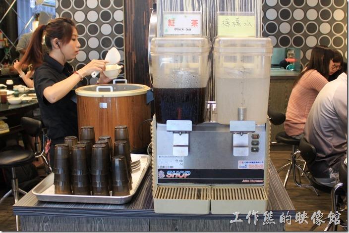 台南-椰如鐵板燒創意料理。餐廳內的飲料:紅茶、檸檬水無限暢飲。