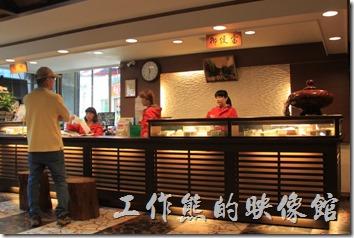 奮起湖大飯店的櫃台及用餐環境。