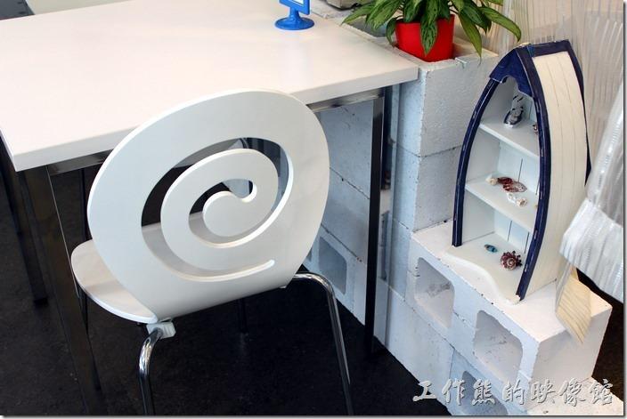 台南-白色曙光早午餐。餐廳內的一大特色是船形裝師置物櫃及渦輪狀的椅背。