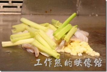 台南-椰如鐵板燒創意料理。花枝:用芹菜來伴炒花枝,清爽可口,在擺上三片小黃瓜點綴。