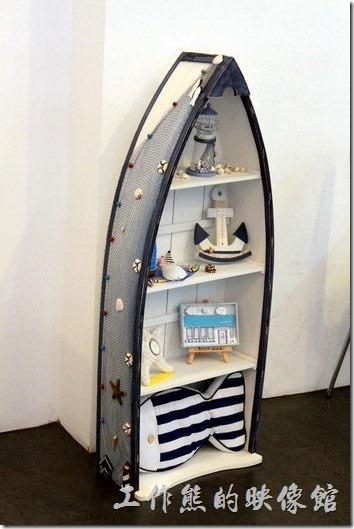 台南-白色曙光早午餐。船型的裝飾置物櫃,這很可能是自己設計的吧!