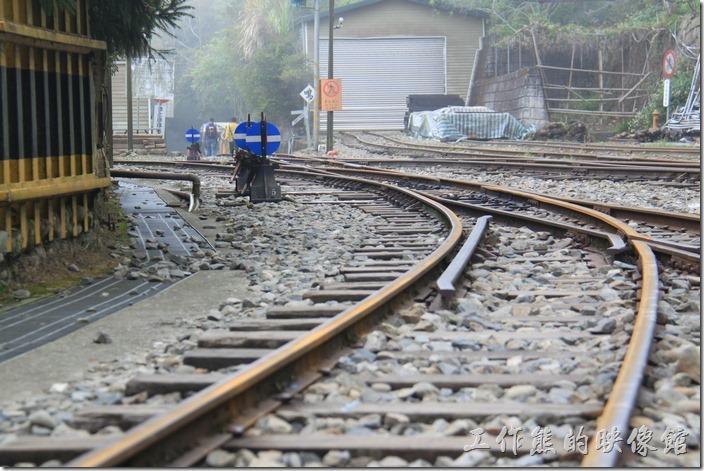 其實來「奮起湖」一方面可以體驗如「九份」的山城老街,另一方面也可以體驗如「平溪」線火車走在鐵支路的感覺。