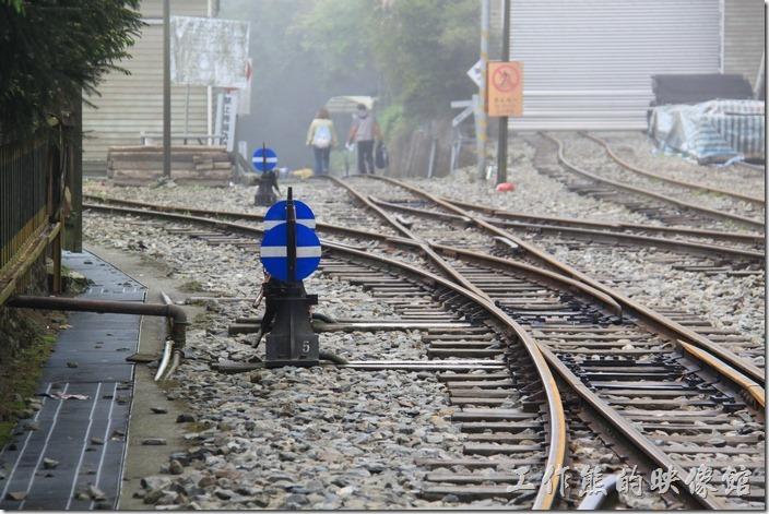 沿著鐵路往上走就是奮起湖登山步道了,有好多遊客都這樣沿著鐵路走過去,因為一天只有上、下各一般火車,而且往上還沒開通。