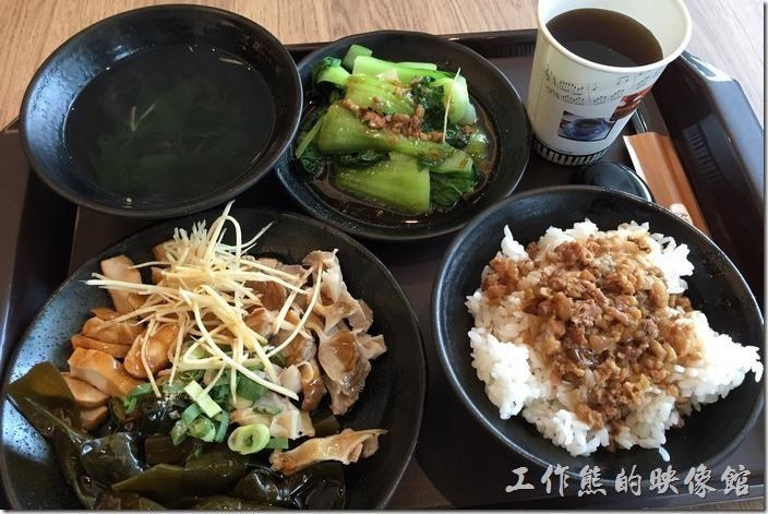 台北南港中信三樓美食街。肉燥飯套餐,NT135。