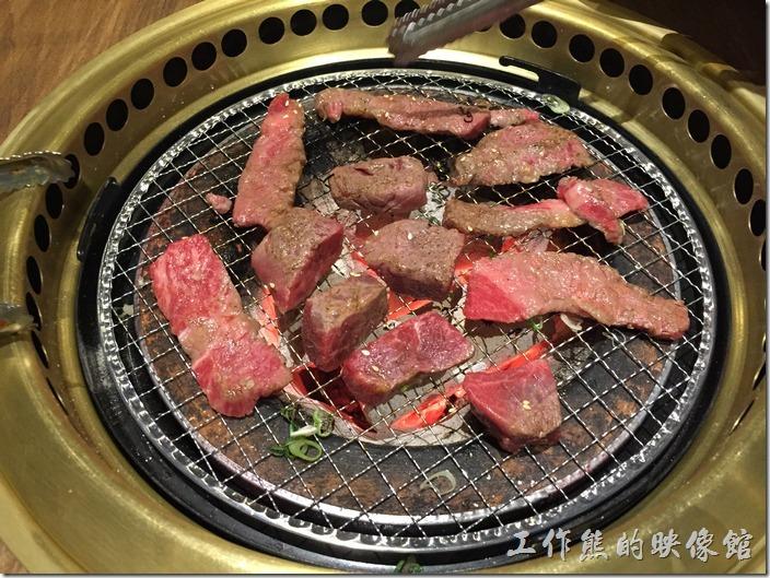 台北南港-乾杯燒烤。開始烤肉囉!這盤都是牛肉。