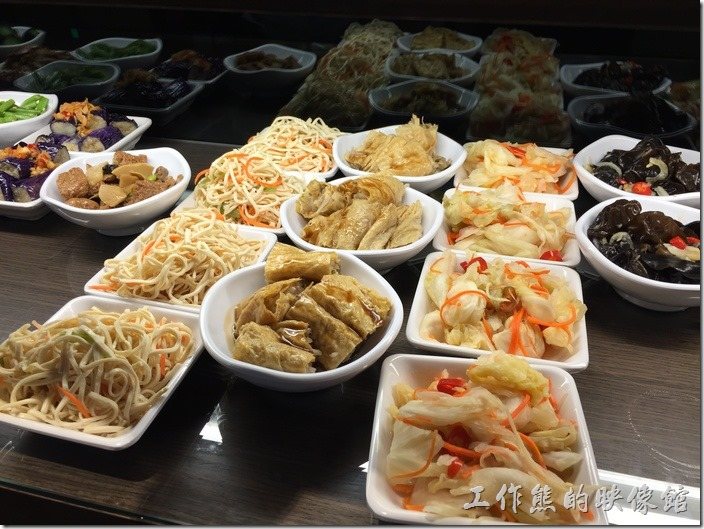 台北南港-朱記‧餡餅粥。小菜自己拿,泡菜、豆皮、干絲。