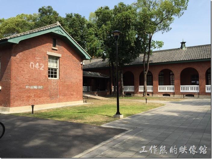 台南成功大學(力行校區)。這個建築有沒有像火車倉庫的感覺,其實台灣早期有很多公共及軍方的建築都是接收自日本人的建築風格。