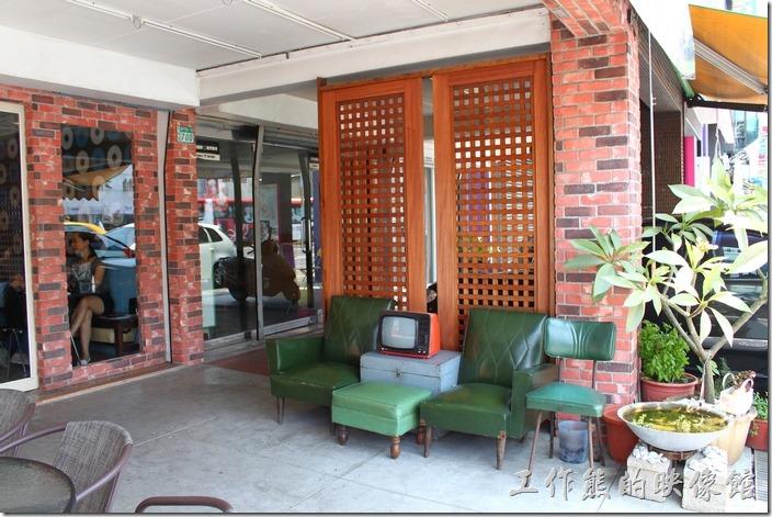 來到巫比屋,騎樓下就是一組古早的沙發和一台小電視,頗有復古風,而且。特地採用紅磚牆來裝飾這間已經有點歷史的老樓房。