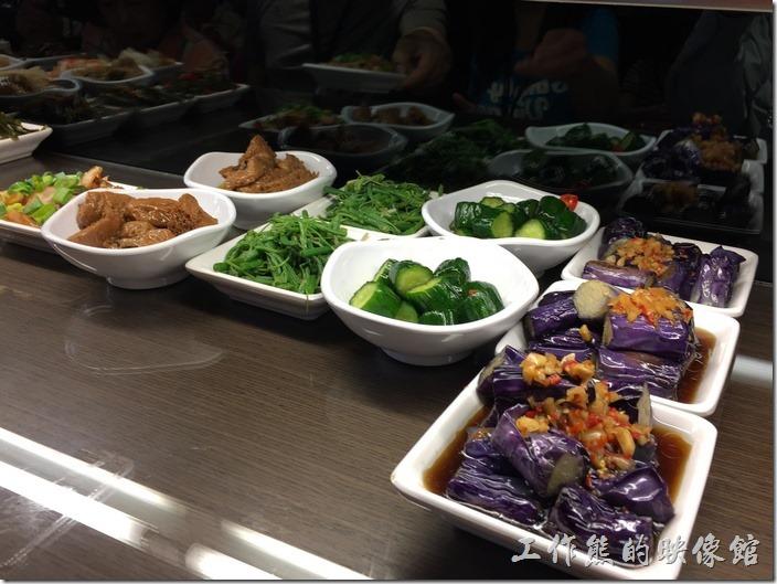 台北南港-朱記‧餡餅粥。小菜涼拌茄子、小黃瓜、龍鬚菜
